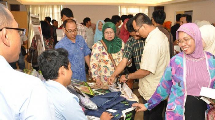 Lewat Sajadah dan Sarung Jeans Muslim, Umar Berpesan Agama dan Kebangsaan
