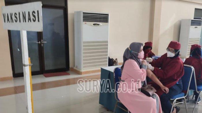 Ratusan Warga Kenjeran Kota Surabaya Antusias Ikuti Serbuan Vaksin yang Digelar Lantamal