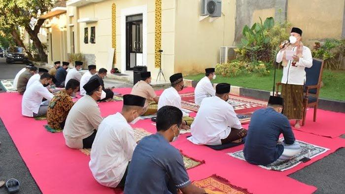 Bertindak Sebagai Imam, Bupati Lamongan Gelar Salat Idul Adha Bersama Keluarga dan Ajudan di Rumdin