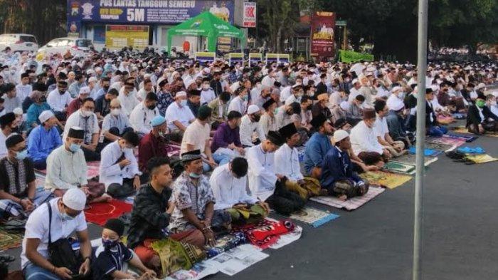 Jumlah Jamaah Salat Idul Fitri di Masjid Agung Kota Malang Dibatasi, Jamaah Salat di Jalan