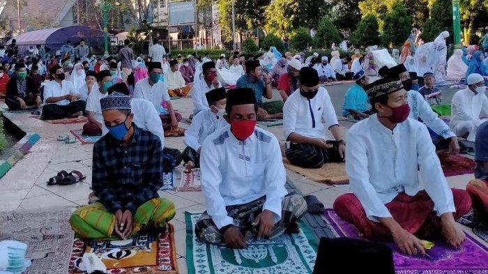 Semua Jamaah Pakai Masker Saat Salat Idul Fitri Berjamaah di Masjid Agung Asy-Syuhada Pamekasan