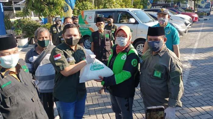Dari Grup WA untuk Aksi Nyata, IWNU Gresik Gelontor Bantuan Paket Sembako di Terminal Bunder