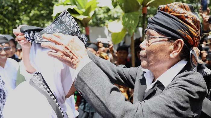 Gubernur Khofifah Beri Hibah Alat Tenun Tradisional untuk Masyarakat Samin Bojonegoro