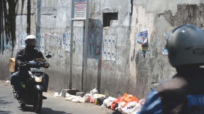 Masih Ada Sampah Berserakan meski Ada Papan Larangan di Jalan Pakis Surabaya