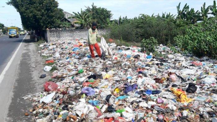 Bau Tidak Sedap dari Tumpukan Sampah di Tepi Jalan Raya Duduksampean Gresik Ganggu Pengguna Jalan