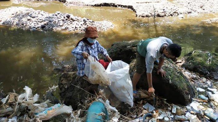Komunitas Lingkungan di Gresik Susuri Sungai Bersih-bersih Sampah Plastik