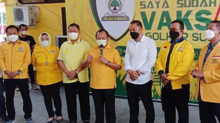 Warga Antusias Ikuti Vaksinasi Covid-19 Berbonus Sembako di Kantor DPD II Golkar Surabaya