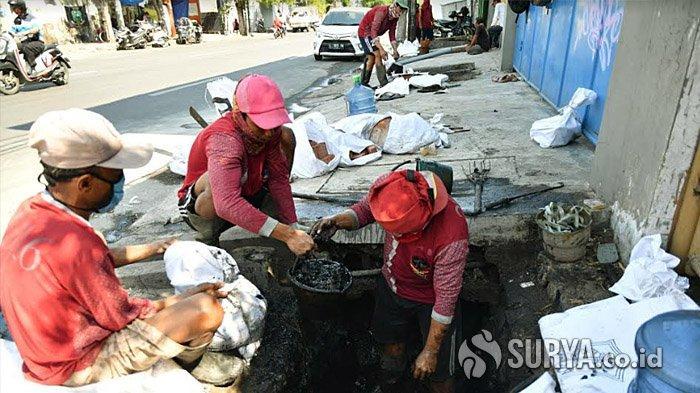 Jelang Musim Hujan, Pemkot Surabaya Kerahkan 1.400 Anggota Satgas Banjir untuk Bersihkan Saluran Air