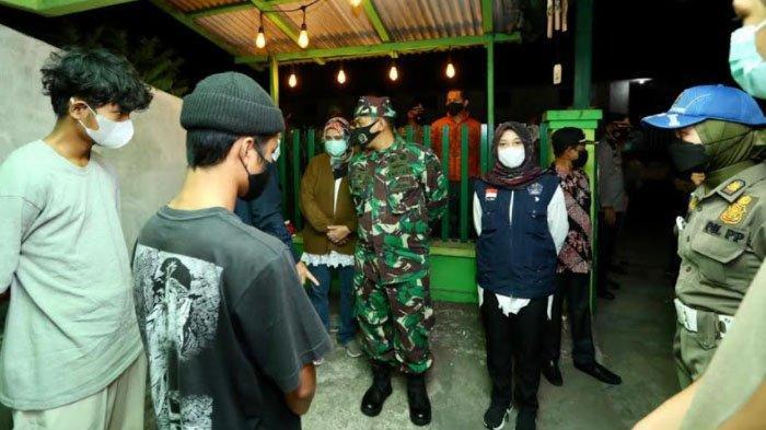 Sidak PPKM Darurat di Banyuwangi, Satgas Kembali Swab Warga Berkerumun dan Tak Bermasker