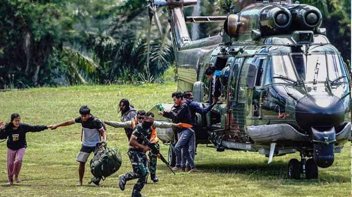 Sejumlah tenaga kesehatan (Nakes) korban penyerangan Kelompok Kriminal Bersenjata (KKB) turun dari helikopter milik TNI AD di Lapangan Frans Kaisepo Makodam XVII Cenderawasih, Kota Jayapura, Papua, Jumat (17/9/2021). Sembilan dari 11 tenaga kesehatan Puskesmas Kiwirok, Kabupaten Pegunungan Bintang yang menjadi korban penyerangan KKB pada Senin (13/9/2021) di evakuasi ke Jayapura untuk menjalani perawatan di Rumah Sakit Marthen Indey, Kota Jayapura. ANTARA FOTO/Indrayadi TH/hp.