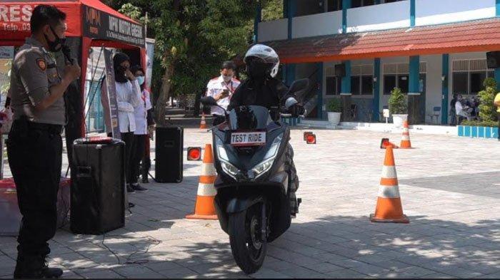 Saat Polisi Gresik Beri Edukasi Safety Riding Kepada Wali Murid dan Guru di Sekolah