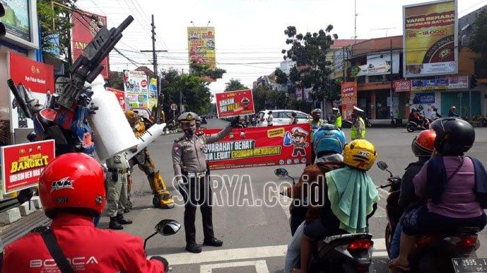 Pakai Atribut Transformers, Satlantas Polres Malang Sosialisasi Vaksinasi Covid-19