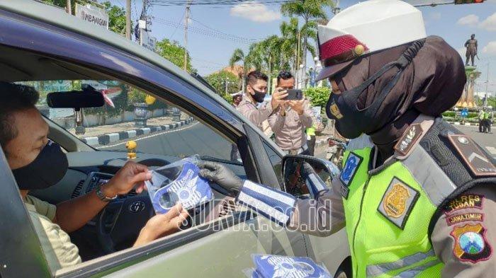 Satlantas Polres Tuban Bagi-bagi 25 Ribu Masker, Berharap Covid-19 Segera Berlalu