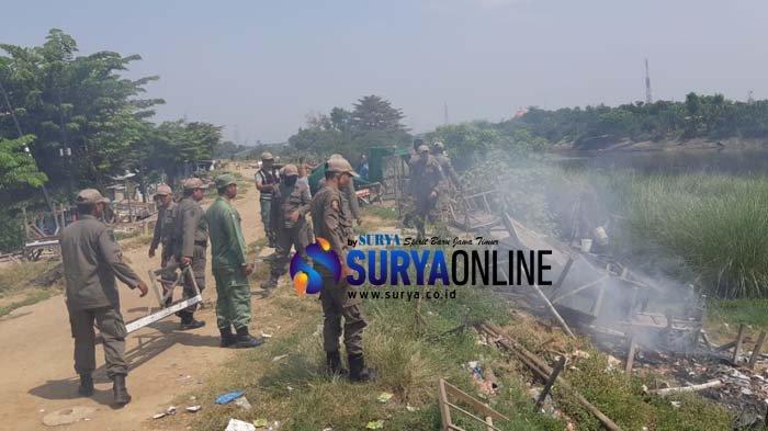 Diduga Dijadikan Lokalisasi, Satpol PP Kabupaten Pasuruan Bakar Warung-Warung di Tangkis Gempol