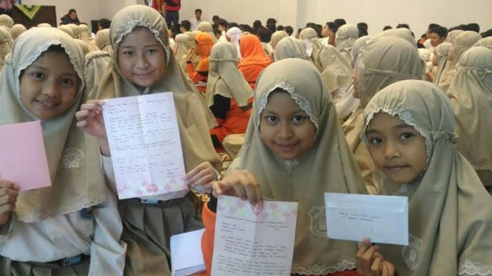Peduli Rohingya, Siswa SD Muhammadiyah 4 Surabaya Kirim 1.096 Surat ke Presidan Jokowi, ini Isinya