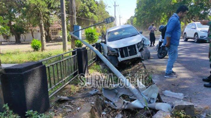 Mobil Pelat L Ringsek Usai Terlibat Kecelakaan di Tajinan Kabupaten Malang