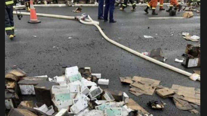 Truk Berisi iPhone Terguling dan Terbakar di Jalan Tol, Nasib 20.000 iPhone 11 Hangus Berserakan