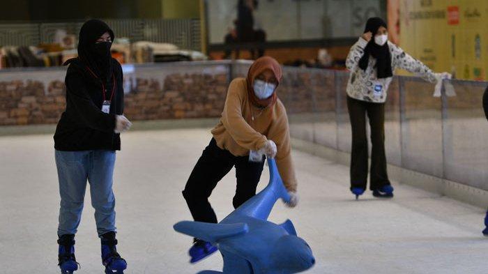 Serunya Bermain Seluncur Es di Wahana Wonderland on Ice di Surabaya