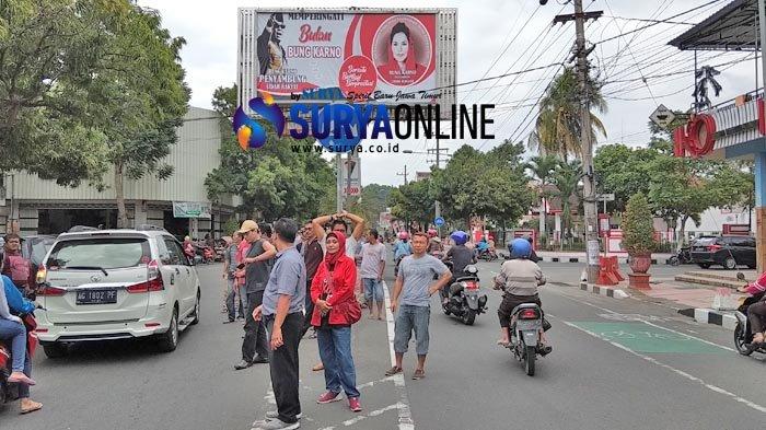 Rencana Panwaslu Blitar Copot Bando Bulan Bung Karno yang Ada Gambar Puti Dihadang Simpatisan Partai
