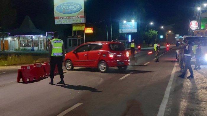 Suasana Polisi Minta Ratusan Kendaraan Putar Balik saat Masuk Tuban di Perbatasan Jeteng-Jatim