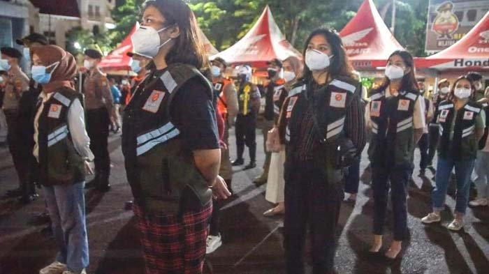 PPKM Darurat: Aksi Humanis Relawan dan Polisi Surabaya kepada Masyarakat