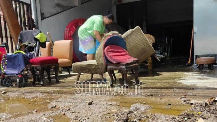 Warga membersihkan rumah mereka usai banjir melanda kawasan Lowokwaru Kota Malang, Selasa (5/1/2021).