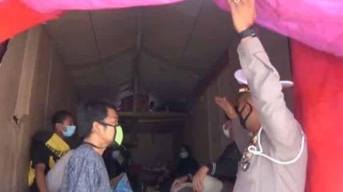 Sekeluarga dari Jakarta mudik ke Ponorogo sembunyi di bak truk. Untuk mengelabuhi petugas mereka memasang terpal pada bagian belakang truk. Namun, mereka tepergok di exit Tol Ngawi.