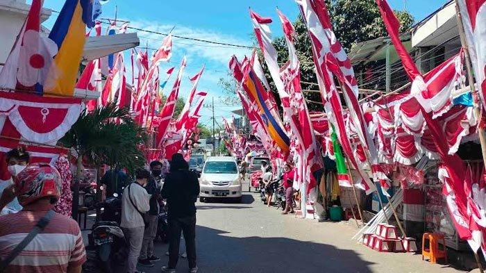 Jelang HUT Kemerdekaan RI ke-76, Sentra Penjualan Bendera di Jalan Darmokali Mulai Ramai Pembeli
