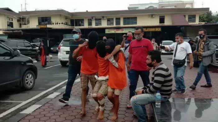 Tiga pelaku pembunuhan terhadap brondong RF (18) warga Binjai ditangkap polisi. Brondong RF ditemukan tewas di Jalan Wakaf Dusun IV Desa Serba Jadi, Sunggal.