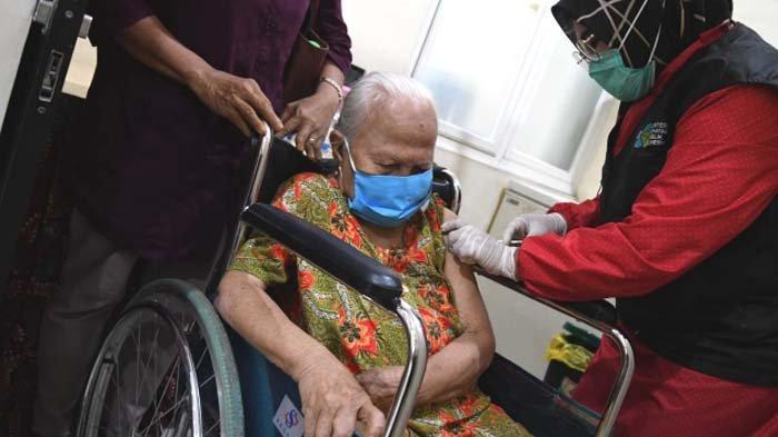 Seorang lansia saat mengikuti vaksinasi covid-19 di Puskesmas Ngagel Rejo, Surabaya, Selasa (23/2/2021).