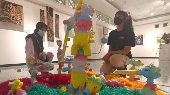 Pameran Karya Tugas Akhir Mahasiswa Seni Rupa Unesa, Karya Instalasi berjudul Awas Sindir Pencemaran