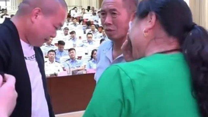 Seorang pria asal China kembali bertemu orang tua