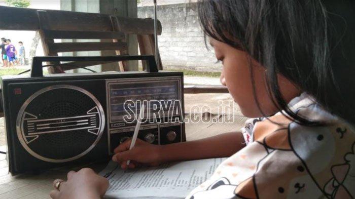 Siswa SD di Kabupaten Tulungagung yang Kesulitan Daring, Ikuti Pembelajaran Lewat Radio