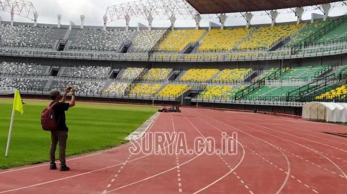 Seorang YouTuber merekam video di area Stadion Gelora Bung Tomo (GBT), Benowo, Pakal, Kota Surabaya, untuk konten channel YouTube miliknya.