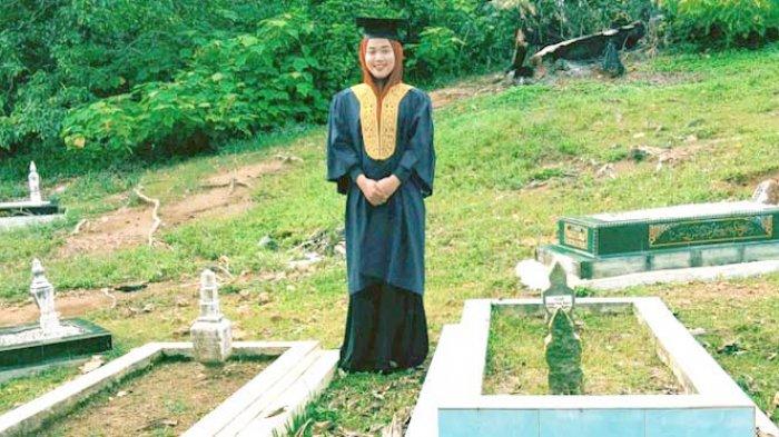 Foto Wisudawati di Makam ini Awalnya Terlihat Biasa, Namun Kisah di Baliknya Bikin Meleleh Air Mata