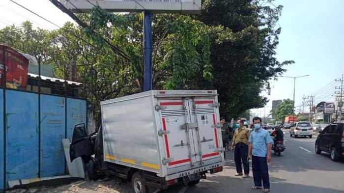 KRONOLOGI Mobil Pikap L-300 Tabrak Tiang Reklame di Sidoarjo, Pengemudinya Tewas Terjepit
