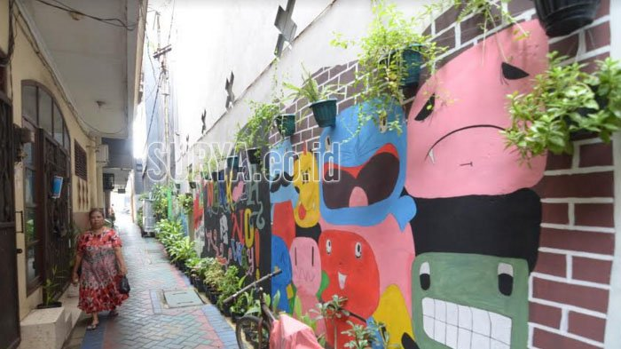 Tanaman Gantung plus Gambar Mural bikin Kampung Padat Penduduk Jadi Asri