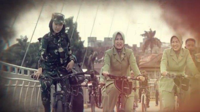 Serda (K) Intan Indah Lestari saat mendampingi istri Pangdam II Sriwijaya, Shinta Agus Suhardi dalam acara gowes. (TNI AD)