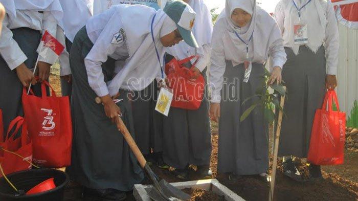 Siswa Mengenal Nusantara BUMN Tanam Pohon di Rest Area Tol Pandaan - Malang