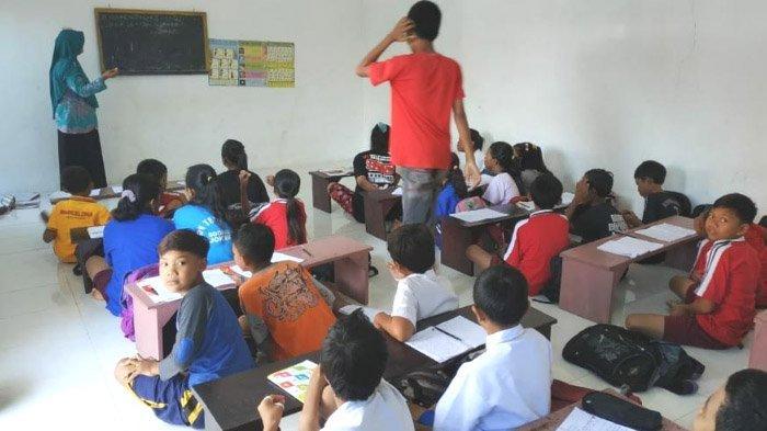 Sekolah Terendam Banjir, Siswa SD Tempuran Mojokerto Belajar di Masjid, begini Kondisinya