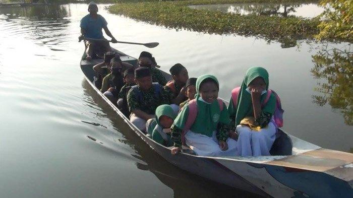 Bak Lamongan Masa Lalu, Banjir Paksa Para Siswa Madrasah Naik Perahu ke Sekolah - siswa-sekolah-di-lamongan-naik-perahu1.jpg