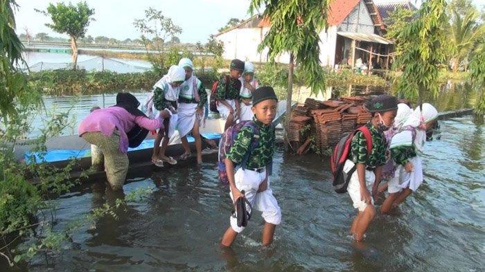Bak Lamongan Masa Lalu, Banjir Paksa Para Siswa Madrasah Naik Perahu ke Sekolah - siswa-sekolah-di-lamongan-naik-perahu2.jpg