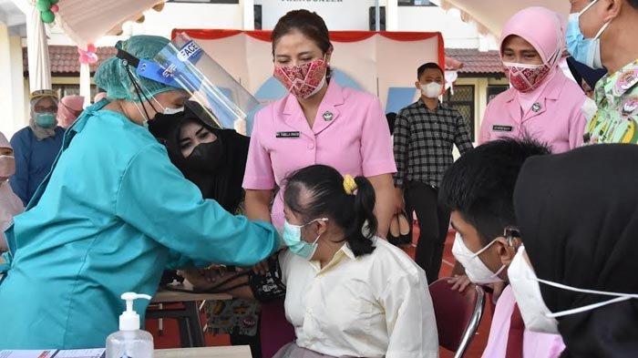 Hari Anak, Para Siswa SLB di Trenggalek Terima Suntikan Vaksin Covid-19