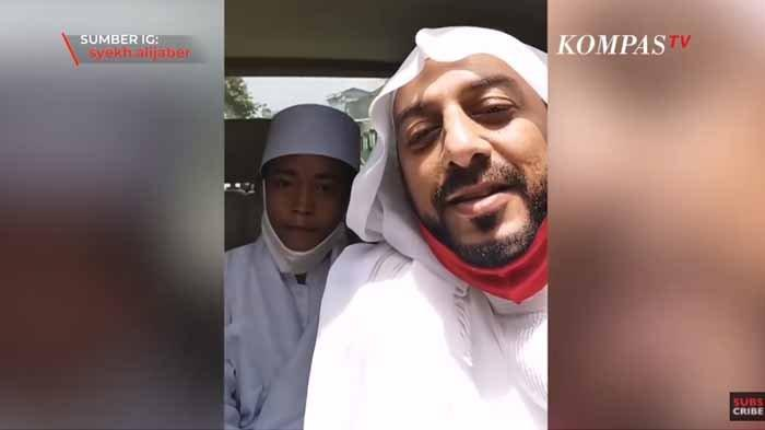 Sosok Algifari Akbar sedang bersama Syekh Ali Jaber di dalam mobil. Syekh Ali Jaber menawari bocah pemulung yang fotonya baca Alquran di emperan toko viral jadi anak angkatnya. Syekh Ali Jaber juga akan mengajak Akbar umroh.