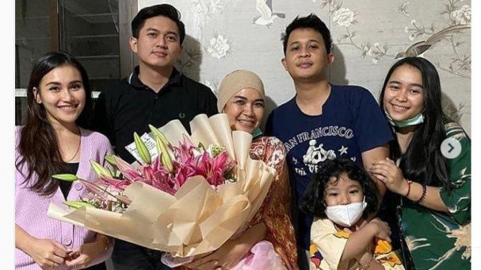 Adit Jayusman bersama keluarga Ayu Ting Ting