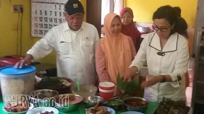 Menteri Sri Mulyani makan pecel di Madiun.