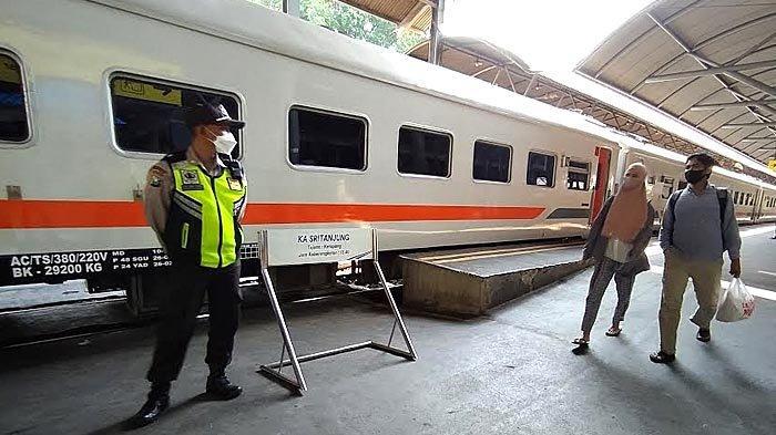 Stasiun KA di Surabaya Sepi Pemudik, Calon Penumpang Sempat Kaget Aturan Pengetatan Perjalanan