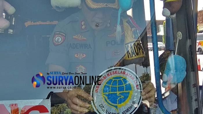 Persiapan Angkutan Lebaran di Terminal Patria Kota Blitar, Selesai Dicek, Bus Ditempeli Stiker