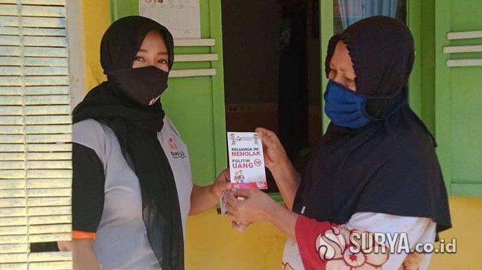 Antisipasi Politik Uang di Pilwali Kota Pasuruan, Bawaslu Tempeli Stiker Penolakan di Rumah Warga