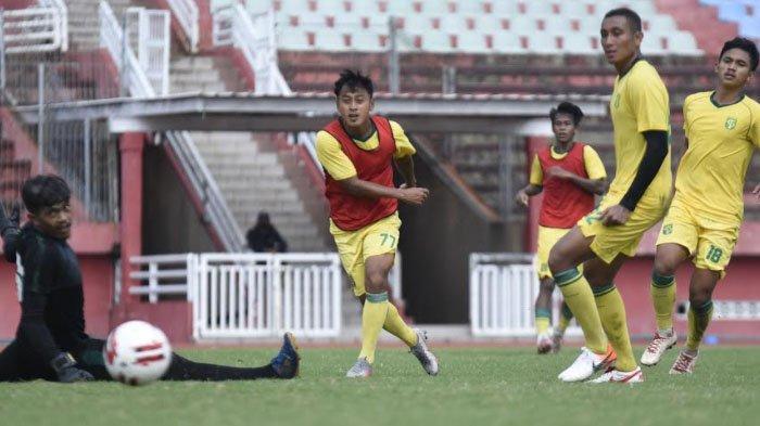 Striker Persebaya, Samsul Arif Munip saat berlatih bersama tim.
